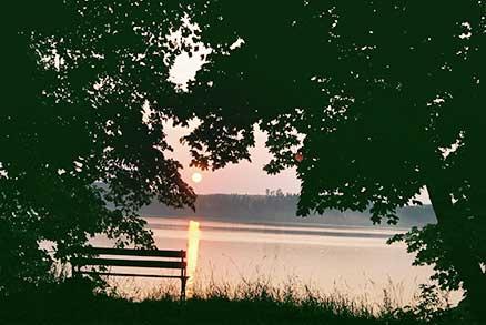 Ławeczka i widok na jezioro